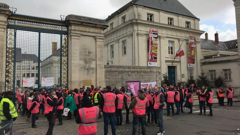 200 salariés de Tupperware sont rassemblées devant la Préfecture à Tours