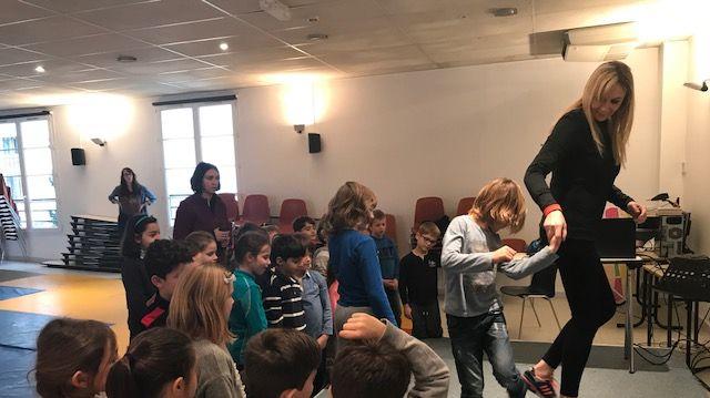 """Victoria Ravva et les élèves de CE1 de l'école privée """"Assomption"""" à Cannes"""