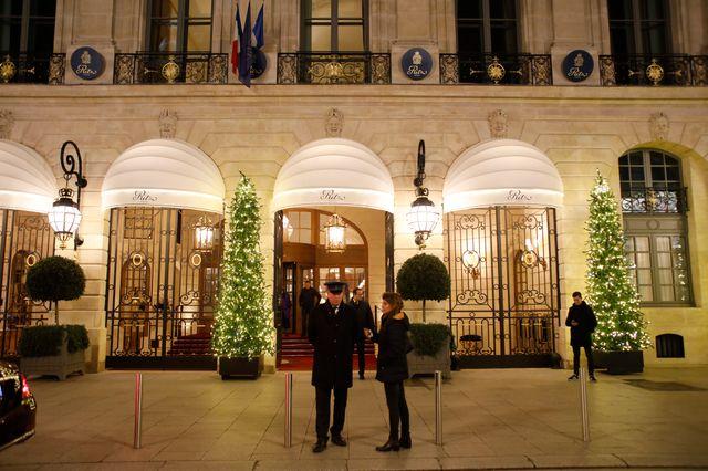 Après le spectaculaire braquage de l'hôtel Le Ritz, la police sur place commence son travail de relevés d'indices