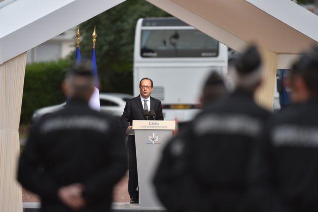 Le président Francois Hollande donne un discours devant les gendarmes de Calais lors de sa visite-éclair du 26 septembre 2016.