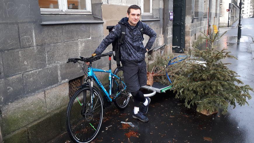 Jonathan de Vélojo transporte les sapins de Noël et à peu près tout jusqu'à 100 kilos sur sa remorque
