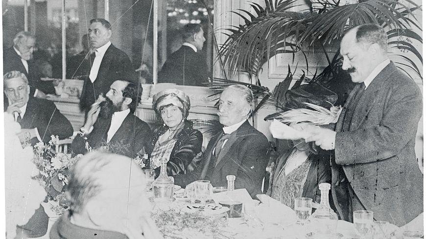 Paul Deschanel, président de la 3ème république, à un dîner à Paris en l'honneur de la très célèbre actrice Rejane. Elle est assise à gauche du président.