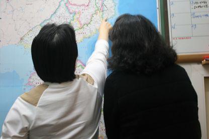 Deux nord-coréennes réfugiées à Séoul montrent du doigt leur région d'origine, zone où Pyong-Yang pratique les essais nucléaires