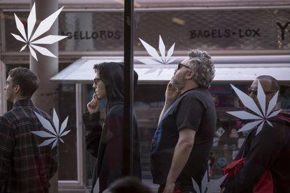 Des gens font la queue pour entrer dans MedMen, l'un des deux magasins à Los Angeles qui ont commencé à vendre de la marijuana à des fins récréatives en vertu de la nouvelle loi sur la marijuana en Californie, le 2 janvier 2018