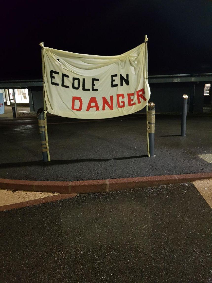 Les parents d'élèves ont installé plusieurs banderoles devant l'école de Saint-Germain-Laval