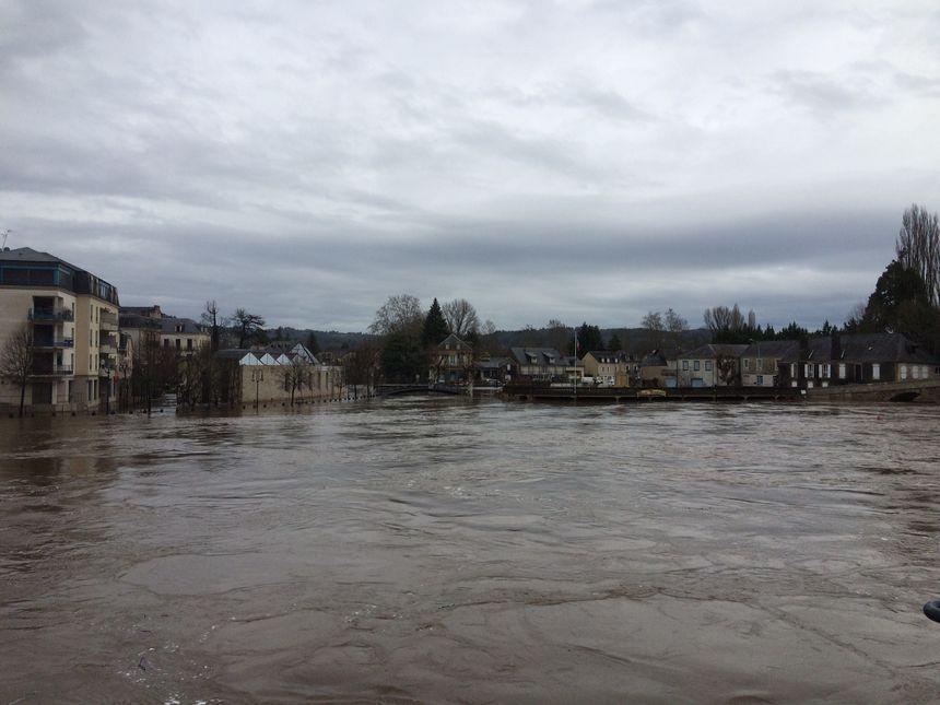 Les eaux de la Vézère en crue à Terrasson