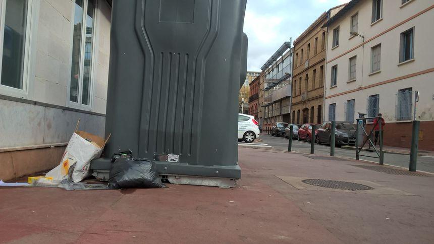 Les ordures au pied des containers, grand classique des incivilités à réprimer.