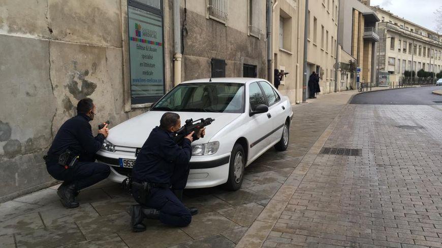 C'est la première fois que les policiers et les CRS travaillent ensemble sur une telle opération.