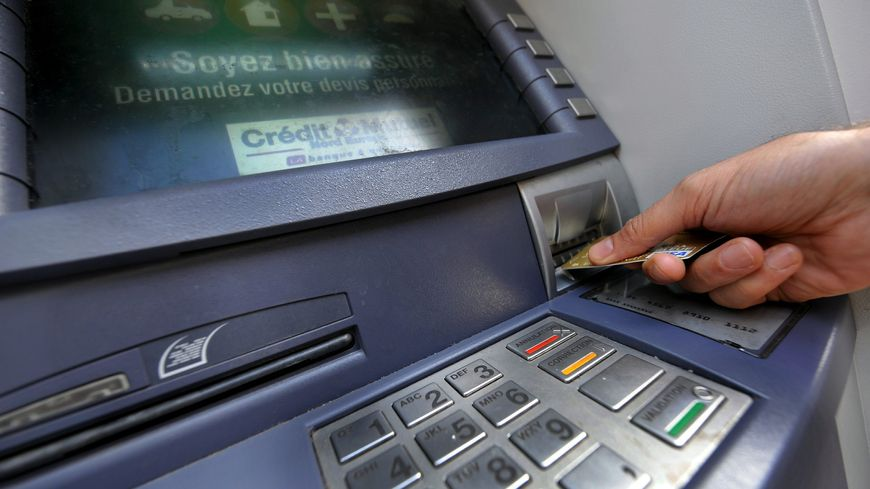 Au total, plus de 6.900 cartes ont ainsi été contrefaites et utilisées principalement dans le Sud Ouest, pour plus de 1,2 million d'euros de retraits réalisés.
