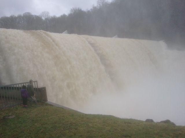 La rivière Creuse passe largement au dessus du barrage de Champsanglard qui déborde de près de 50 cm, du jamais vu depuis une dizaine d'années.