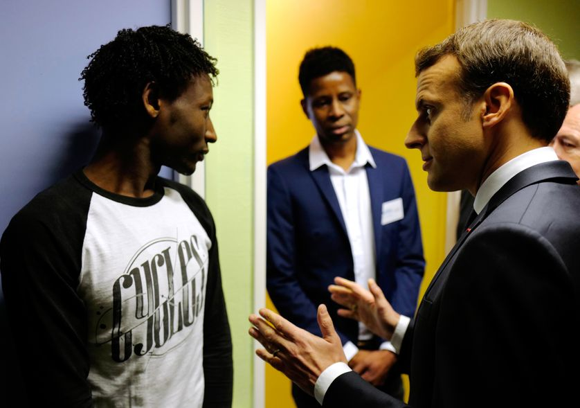 Emmanuel Macron rencontre des demandeurs d'asile à Croisilles (62)