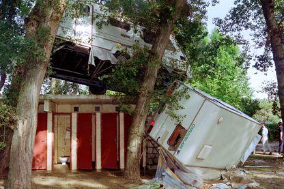 Véhicules endommagés dans les rues inondées de Vaison-la-Romaine, le 23 septembre 1992 suite à la crue de l'Ouvèze.