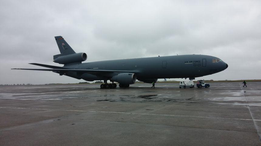 L'armée américaine a affrété un avion siglé US Air Force pour le séjour.