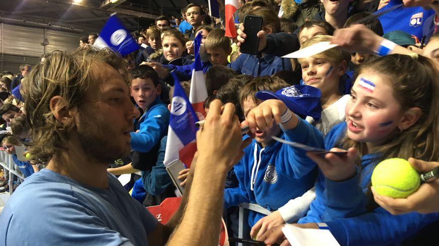 Lucas Pouille s'est prété au jeu des autographes à la halle olympique d'Albertville