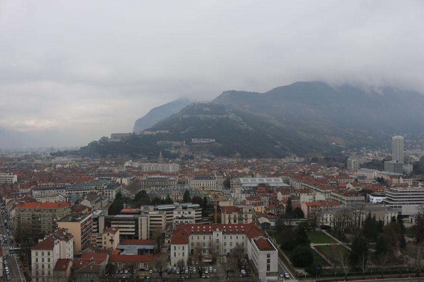 Dans la grisaille, le fort de la Bastille.