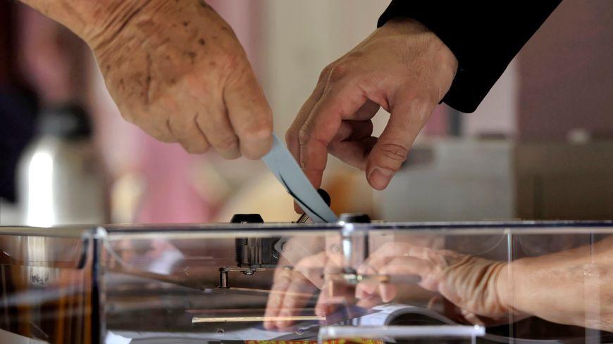 Un électeur dépose son bulletin dans l'urne lors du premier tour des législatives en juin 2017.