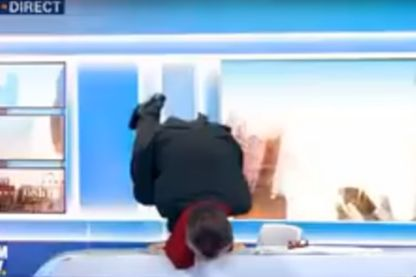 Christophe Barbier fait le poirier sur le plateau de BFM TV