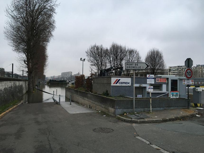 Le port de Cemex près du pont de Grenelle est fermé jusqu'à nouvel ordre.