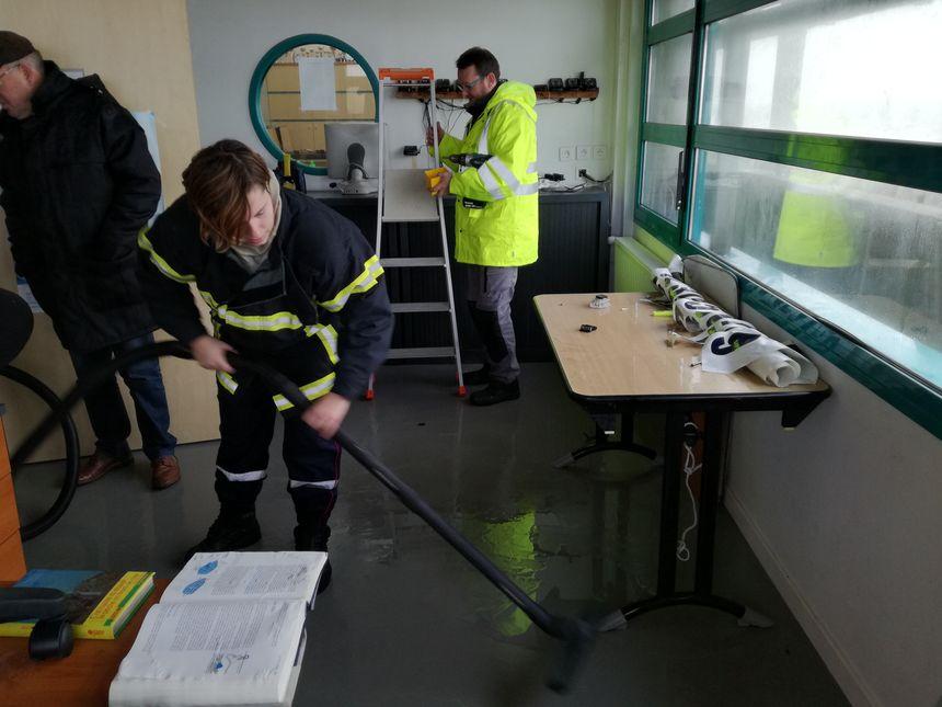 Les pompiers mobilisés dans l'école de voile de Saint-Martin-de-Bréhal.
