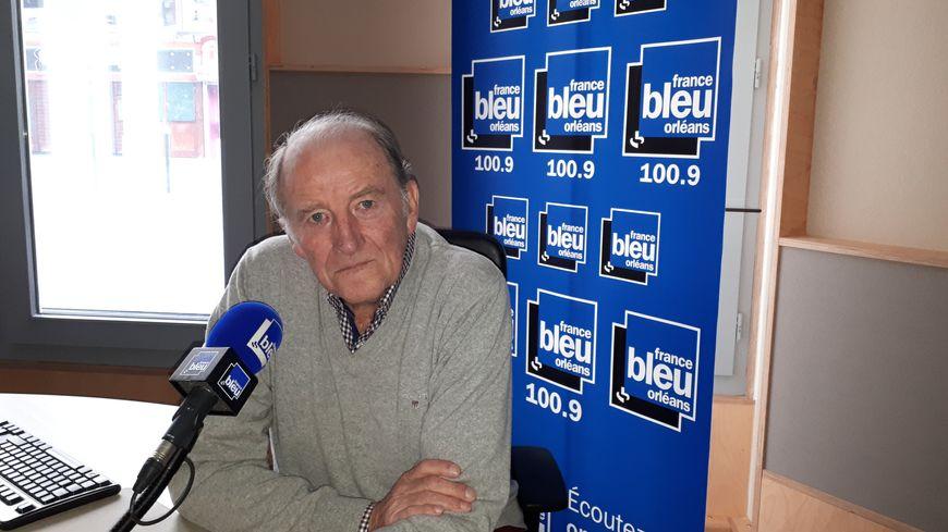 Jacques Lambert, dans les studios de France Bleu Orléans.