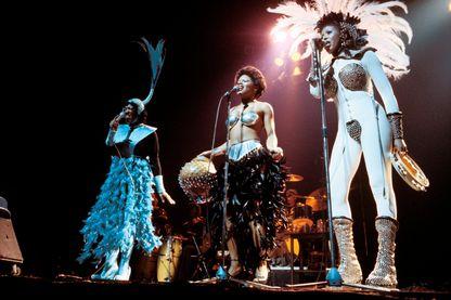 Le trio de chanteuses Labelle : Sarah Dash, Nona Hendryx et Patti LaBelle, au cours d'un concert à Londres en 1975