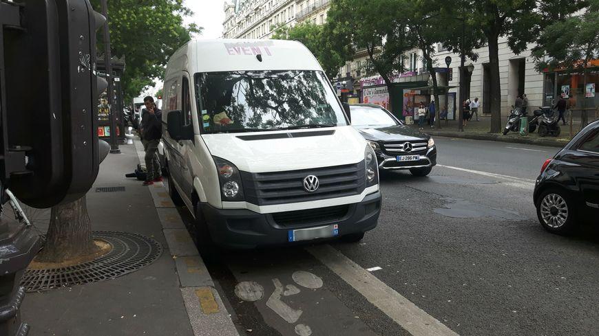 Beaucoup de véhicules utilitaires stationnent sur les pistes cyclables à Paris