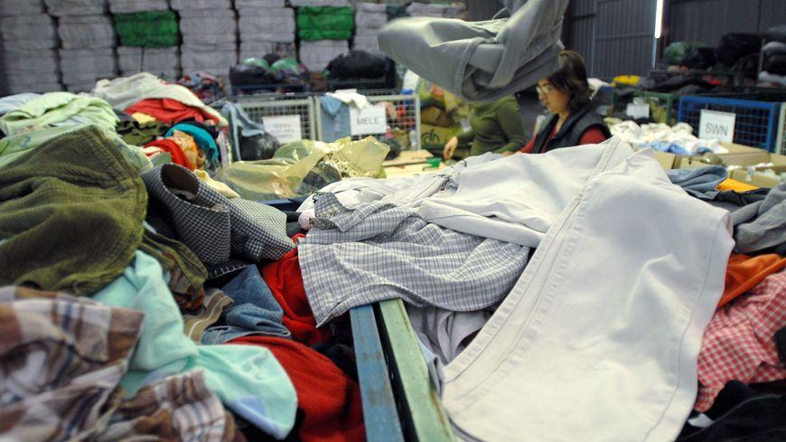 Emmaüs collecte, trie et recycle les vêtements