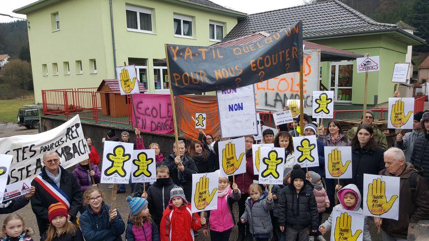 A Lambach, commune de 503 habitants, on doit trouver 3 élèves supplémentaires pour espérer sauver la classe de maternelle. Le village se mobilise contre sa fermeture.
