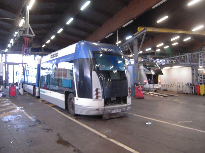 Le tram de Caen dans l'atelier de maintenance de la Transdev sur le site de Marcel Brot.