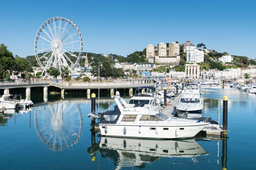 La ville de Torquay en Angleterre est le siège social de nombreuses PME françaises, ce qui leur permet d'éviter de payer les charges sociales.