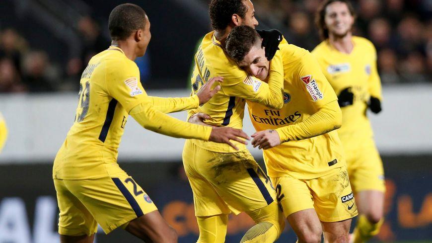 Thomas Meunier félicité par Neymar et Mbappé après son but (ouverture du score 0-1) face à Rennes
