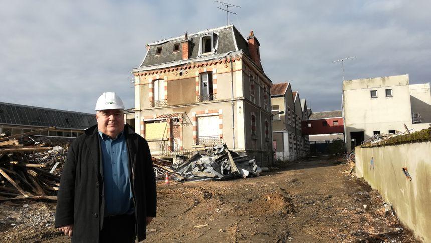 Pascal Longein devant l'ancienne maison du directeur. Elle ne sera pas détruite.