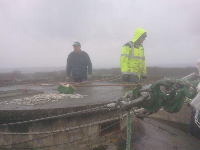 Sur la couverture du château d'eau, il faut enlever la terre qui servait d'isolant naturel