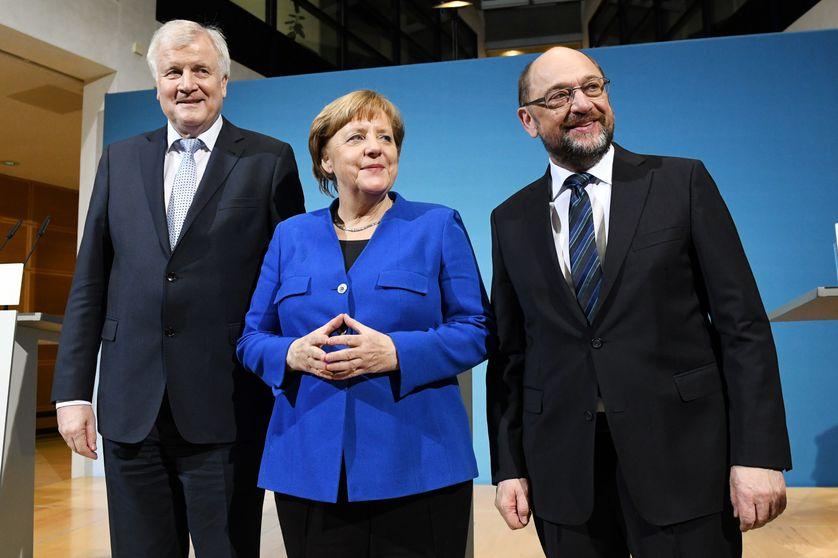 La chancelière conservatrice (CDU), son allié bavarois Horst Seehofer (CSU, à gauche) et le président du parti social-démocrate (SPD) Martin Schulz