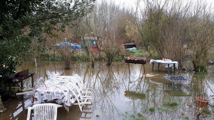 Dans le jardin, l'eau est montée jusqu'à un mètre cette semaine