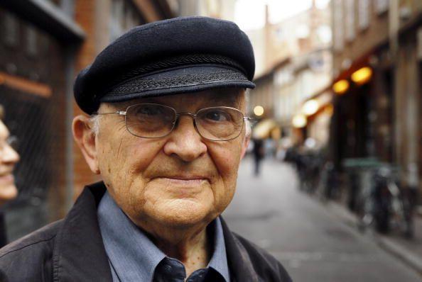 Aharon Appelfeld en juin 2006 dans les rues de Toulouse