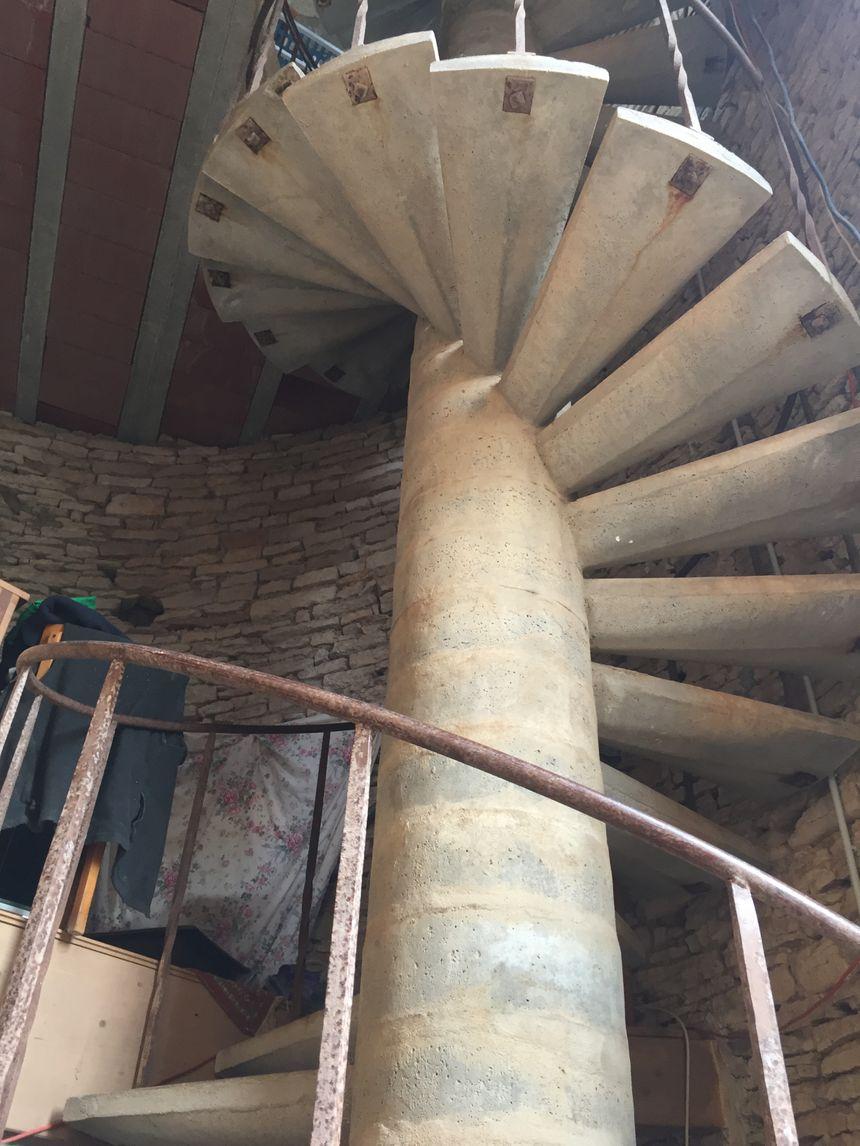 L'escalier en colimaçon permet d'accéder aux différents étages de la bâtisse et au fameux toit-terrasse