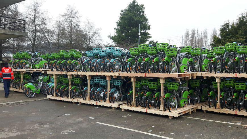 Entre 4000 et 5000 Vélib' sont stockés dans un dépôt d'Alfortville en attendant leur mise en service