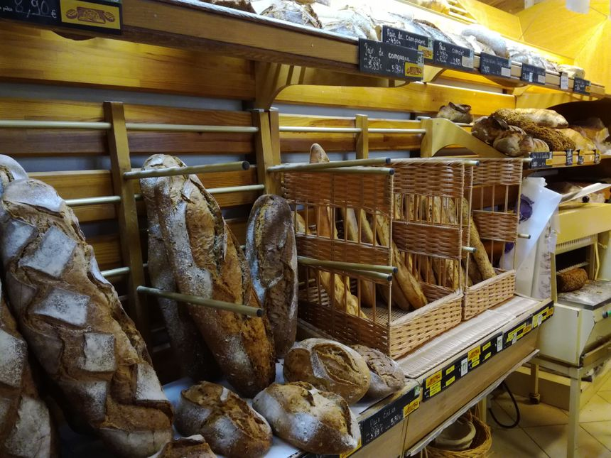 En moyenne, la boulangerie produit chaque jour près de 200 baguettes traditions blanches, 180 aux graines... Parmi les nombreux pains qui sortent du four. Tout ce qui est commercialisé est 100% bio.