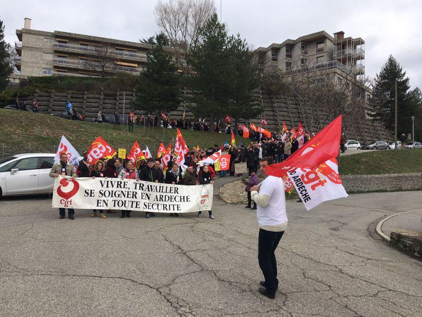 La manifestation a débuté devant l'Ehpad du Montoulon, ce mardi matin, à Privas en Ardèche.
