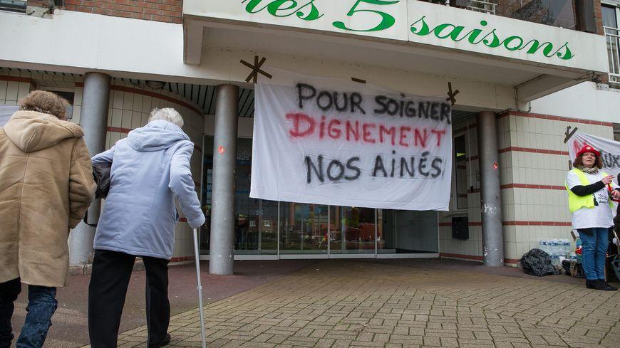 Manifestation devant un EHPAD (Etablissement d'Hébergement pour Personnes Agées Dépendantes)