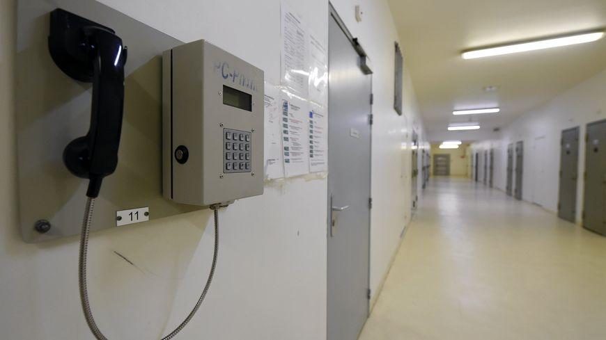Le ministère de la Justice va progressivement installer un téléphone dans chaque cellule des établissements pénitentiaires français.