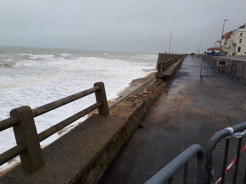 A Ambleteuse, la mer a emporté des morceaux du sommet de la digue.