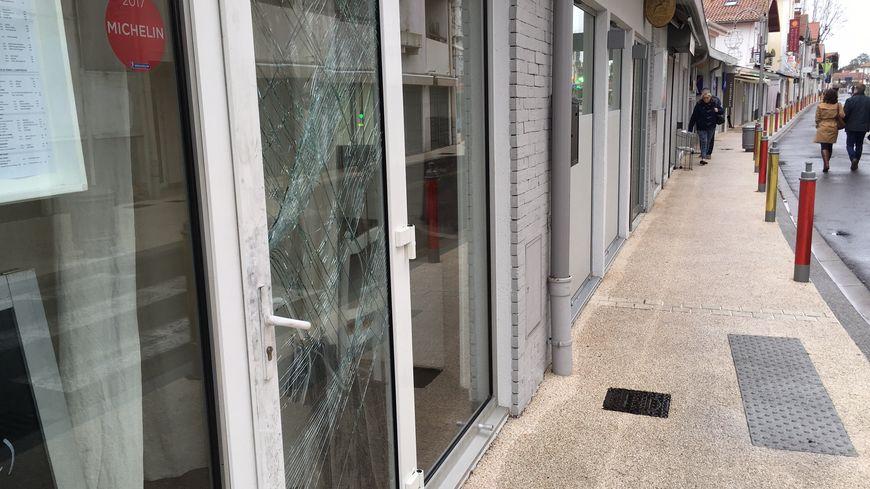 Les cambrioleurs ont défoncé la porte de ce restaurant de Capbreton.
