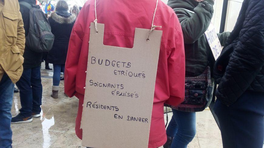 Plus de 200 personnes ont manifesté à Orléans pour dénoncer les conditions de travail dans les Ehpad