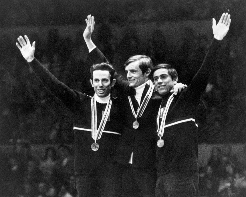 Jean-Claude Killy (au c.), entouré des Autrichiens Herbert Huber (à g.) and Alfred Matt (à d.) après leur victoire en slalom, le 17 février 1968.