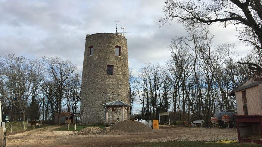L'ancien moulin de Chazeuil a la particularité d'avoir un toit-terrasse qui offre une vue imprenable sur la campagne alentour