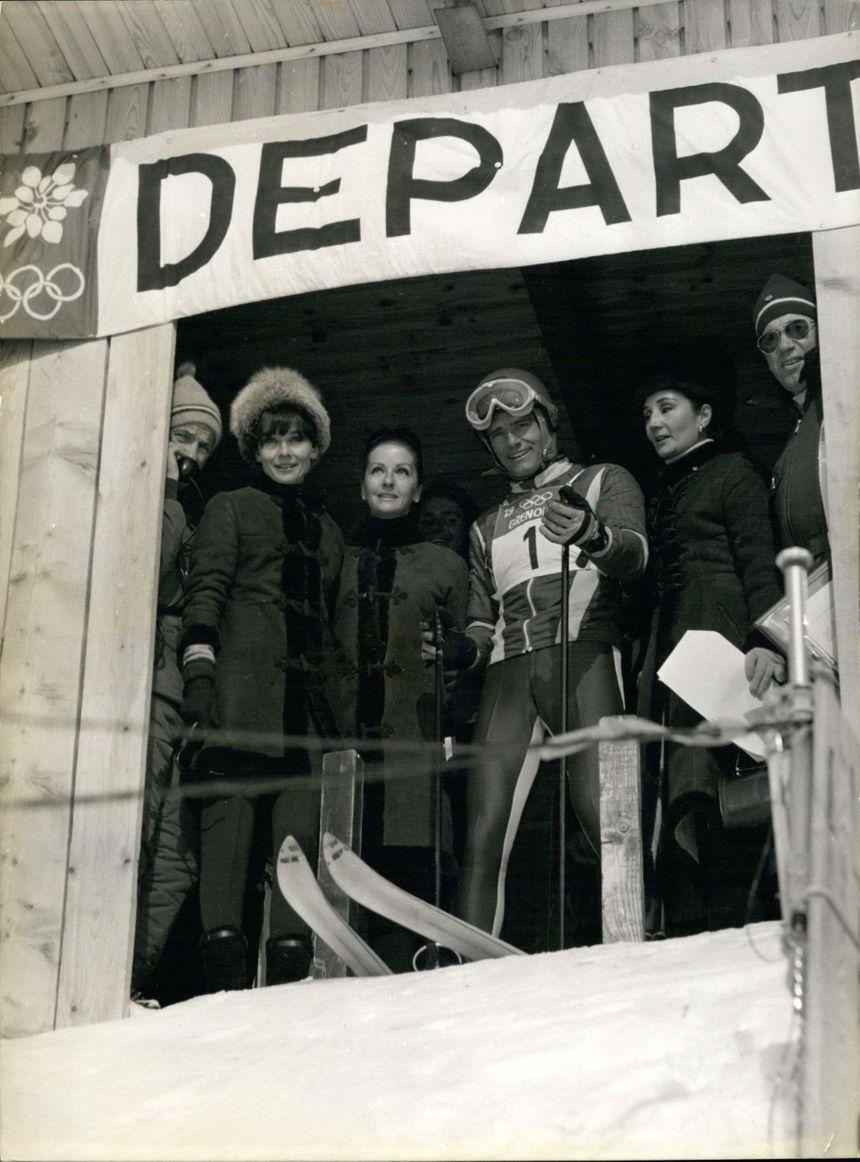De g. à d., Audrey Hepburn, la Comtesse de Ribes, Jean-Claude Killy, et l'épouse de l'acteur américain, Yul Brynner.