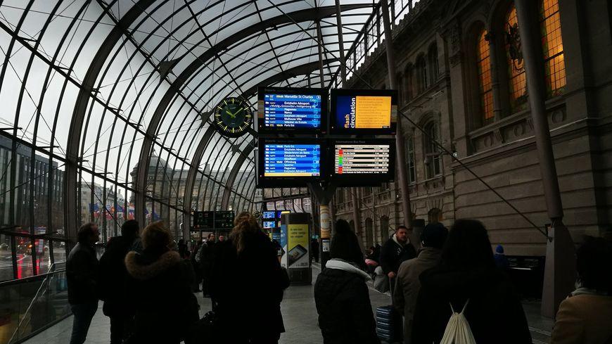 En gare de Strasbourg, les voyageurs patientent : le trafic SNCF est interrompu à cause du vent.