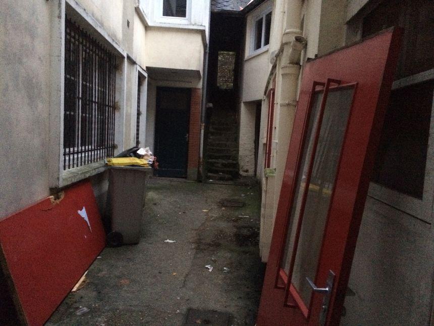 Pour arriver au domicile de la victime, il faut traverser ce passage et monter les escaliers pour accéder à la cour